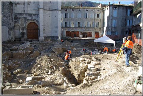 Vue générale du chantier en pleine activité. A droite de la photo, la toile de tente indique l'emplacement du sondage profond qui a atteint le niveau gallo-romain