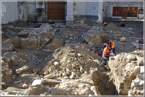 Plan rapproché du chantier. On distingue nettement en partie centrale de l'image, le départ des voutes des anciennes caves