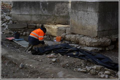 Les fouilles se poursuivent également au niveau du clocher, devant l'entrée principale de la cathédrale