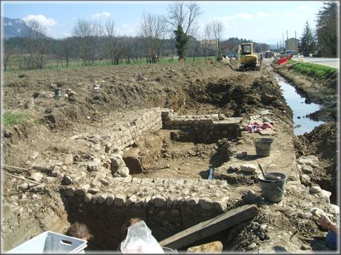 La première zone fouillée : un petit bâtiment d'environ 3 m sur 3m qui appartenait probablement à une structure funéraire, ce qui laisse supposer l'existence, à proximité, d'une grande villa.