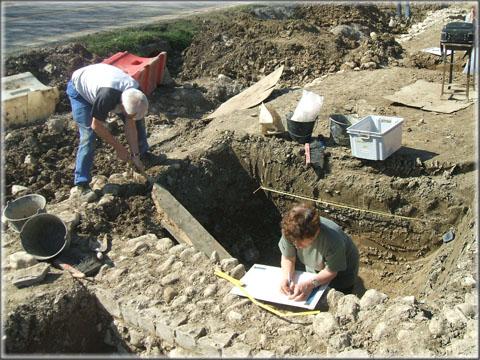 Si le chantier comprend des « fouilleurs », la présence de photographes, de topographes et de dessinateurs est également nécessaire pour relever le maximum d'informations avant la destruction du site.