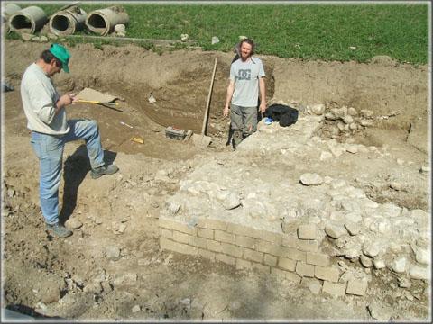Derrière le mur en petit appareil à l'origine des fouilles, les archéologues mettent au jour de nouvelles structures.