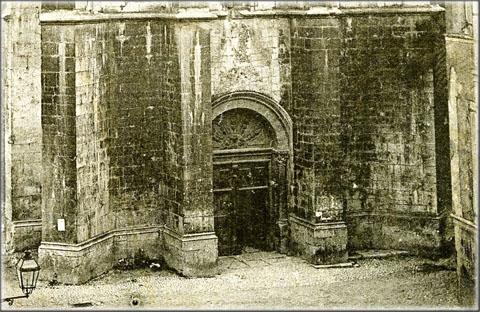 Au début du XXe siècle, l'ancienne calade n'était plus visible que devant l'entrée principale de la cathédrale, entre les contreforts, ailleurs, le pavement avait déjà été recouvert par d'autres matériaux.