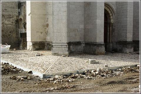12 avril 2013 : la nouvelle calade du Parvis en cours de réalisation.