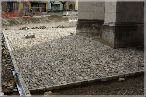 Vue rapprochée du pavement en cours de réalisation devant l'entrée principale de la cathédrale, le 13 avril 2013.