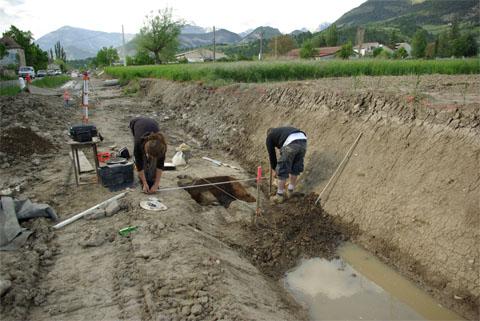 Vue générale du chantier. On distingue le trou du sondage entre les deux archéologues.