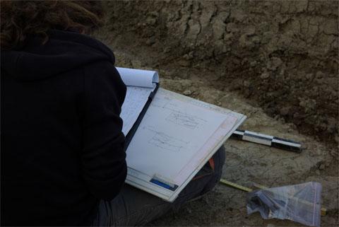 Toute fouille détruisant le site, les archéologues s'emploient à noter tous les détails qu'ils observent, et à dresser des plans très précis des lieux. Ces éléments ainsi que les photographies, seront très utiles pour la rédaction du rapport de fouille.