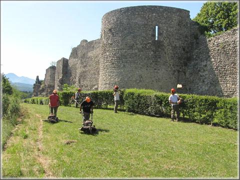 Les travailleurs de l'ESAT en pleine action début juillet 2013 à proximité de la tour Sainte-Agathe.