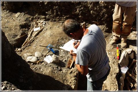 Le dessinateur dresse un plan très précis de chaque sépulture.