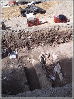 A gauche : tombe fouillée et vidée de son contenu, à droite, sépulture en cours de fouille.