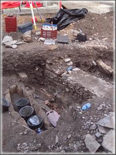 Un exemple de mur découvert lors des fouilles. Il n'est visible que sur 2 mètres environ mais son orientation Est-ouest, permet de supposer son appartenance à un ancien bâtiment cultuel.