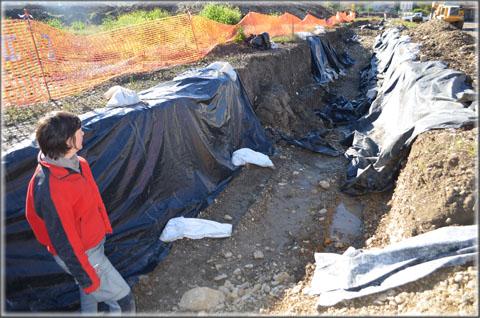 Un ancien ruisseau en cours de fouille, les géotextiles sont destinés à protéger les bords de la tranchée pour permettre aux archéologues une bonne lecture de la stratigraphie du sol.